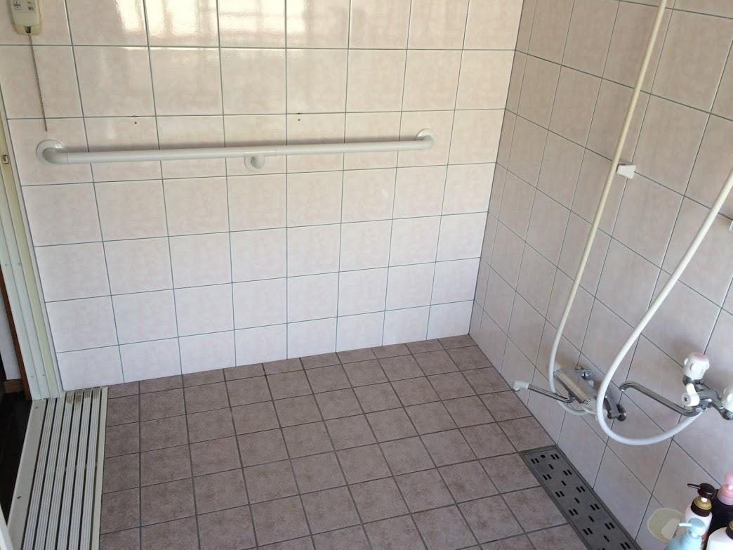 浴室は滑りやすいので手すりを設置したほうがいいです。