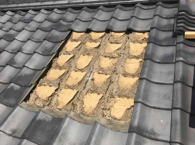 築年数が古い家は、瓦の下に土を載せています。 屋根が非常に重たいです