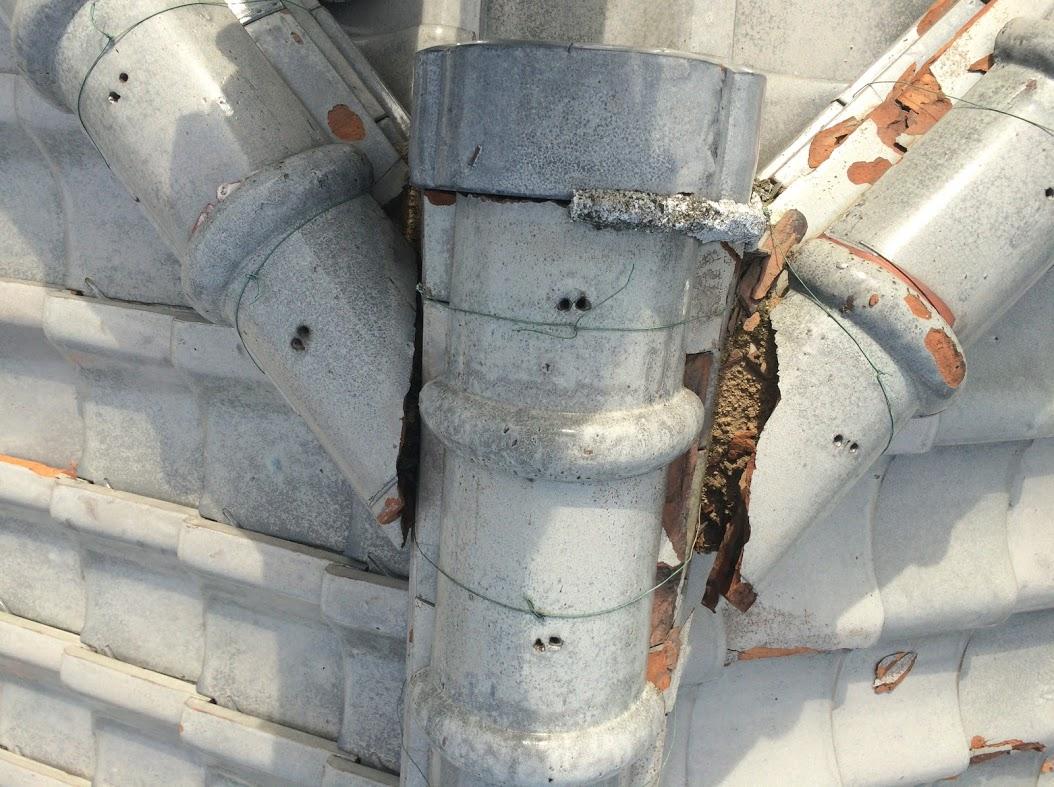 老朽化した瓦や漆喰で雨漏りが起きる