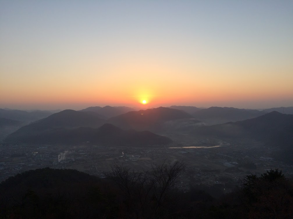 山から見た秋晴れのいい夕日